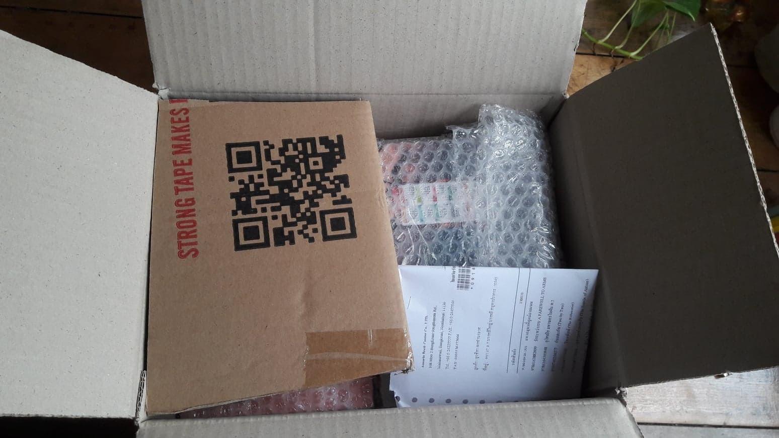 เปิดกล่องออกมาเจอกระดาษลังยัดไว้ข้างๆด้วยเพราะหนังสือไม่เต็มกล่อง คงใส่ให้หนังสือไม่กลิ้ง