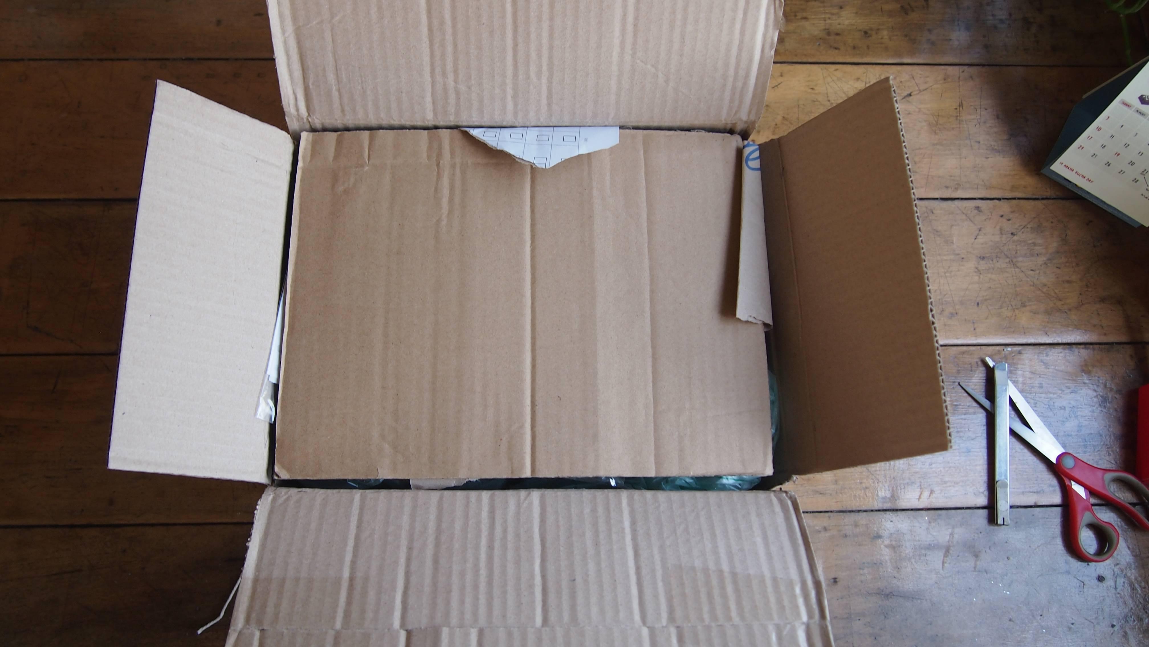 กรีดกล่องออกมา
