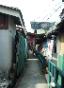 พอออกมาจากเขตวัดผ่านทางศาลา เราก็มาเจอกับทางเดินเล็กๆในชุมชนที่มีบ้านขนาบสองฝั่ง